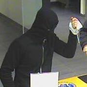 Banküberfall in Lachen: Der Täter bedrohte das Personal mit einem Schraubenzieher und forderte die Herausgabe von Geld. (Bild: Kantonspolizei Schwyz)