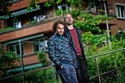 «Unsere Inspirationen holen wir uns vor allem im normalen Alltag, den wir uns unbedingt bewahren möchten»: Lo (rechts) und Leduc in ihrer Heimatstadt Bern (Bild Pius Amrein)