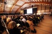 Derart gut besuchte Gemeindeversammlungen wie am 29. November 2011, als sich fast 1000 Personen in der Adligenswiler Tennishalle trafen, sind äusserst selten. (Bild: Manuela Jans / Neue LZ)
