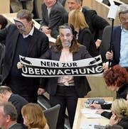 Parlamentarier der Liste Pilz demonstrieren im Rahmen einer Parlamentssitzung mit Papiermasken des Innenministers Herbert Kickl gegen dessen Politik. (Bild: Roland Schlager/APA (Wien, 28. Februar))
