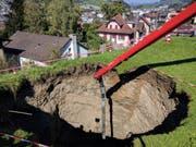 Das Loch hat eine Tiefe von mehreren Metern. (Bild: Geri Holdener, Bote der Urschweiz)
