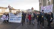 Schüler demonstrieren mit dem Transparent «Lasst uns die Zukunft - sonst nehmen wir sie euch» gegen die Sparpläne. (Bild: Keystone)