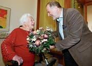 Blumen vom Stadtpräsidenten: Dolfi Müller gratuliert der Jubilarin Lina Eigenmann-Röllin. (Bild: Stefan Kaiser (Zug, 18. April 2017))