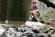 Armin von Deschwanden, Fischereiaufseher von Obwalden, hat den eidgenössischen Fachausweis erhalten. Im Archivbild kontrolliert er die Wassermenge beim Schlimbach in Wilen. (Bild: Corinne Glanzmann (Neue NZ))