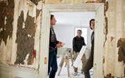Denkmalpfleger Peter Omachen (von links) besucht mit Erich Vogler und Beda Dillier die Baustelle im Majorenhaus in Alpnachstad. (Bild: Corinne Glanzmann)