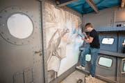 Airbrush-Künstler Ueli Klemenjak gestaltet im neuen SGV-Schiff «MS 2017» einen Raum im Untergeschoss. (Bild: Roger Grütter (Luzern, 28. März 2017))