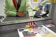 Alle Poststellen sollen künftig dazu verpflichtet werden, ihren Kunden bis zu 5000 Franken auszuzahlen. (Archivbild: Philipp Schmidli)
