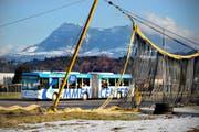 Ein Bus der Linie 53 fährt über den Flugplatz Emmen. Die Linie soll ab 2011 anders geführt werden. (Bild Pius Amrein/Neue LZ)