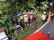 Mit vereinten Kräften machten sich die Einsatzkräfte der Freiwilligen Feuerwehr Zug an die Arbeit. (Bild: PD/FFZ)