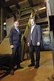 Thomas Meierhans (links), Leiter der Allmig, und Michael Müller (rechts), Mitglied der Geschäftsleitung der Alfred Müller AG, erklären den Ablauf der Anlage. (Bild: Werner Schelbert (Baar, 21. April 2017))