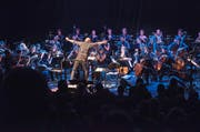 Der Dirigent geht richtig mit: Andreas Schaerer dirigiert das Akademie-Orchester beim Auftritt mit seiner Band «Hildegard lernt fliegen». (Bild Lucerne Festival/ Priska Ketterer)