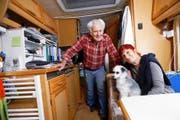 Hat seinen Lebensmittelpunkt auf den Campingplatz verlegt: Hugo Bürgin, der mit Hund Bonny im Wohnwagen lebt. Oft kriegt er Besuch von seiner Lebensgefährtin Linda Guyaz. (Bild Werner Schelbert)