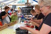 Trudi Schmidig mit Team (oben) und ihre Magronen. Beppino Giacomini (unten) verkauft gebratene Nudeln nach thailändischer Art. (Bilder Blanca Imboden)