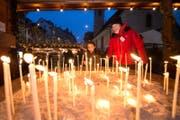 Die Kirchen von Luzern laden zum Entzünden einer Kerze ein. (Bild: Eveline Beerkircher (Luzern, 15. Dezember 2016))