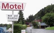 Noch ist unklar, ob und wann das Motel Sihlbrugg zur Asylunterkunft wird. (Bild: Werner Schelbert (Baar, 3. Juni 2016))