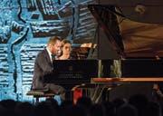 Die furiose Gangart von Pianist Igor Levit war auch für die Noten-Umblätterin herausfordernd. (Bild: Alexandra Wey/Keystone (25. Juni 2017))
