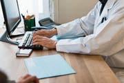 Ärzte dürfen grundsätzlich keine sensiblen Dokumente wie Krankenakten von Patienten weitergeben. (Bild: Christian Beutler/Keystone)