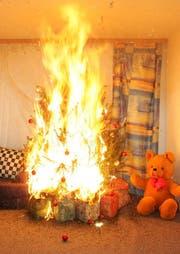 Adventskränze und Christbäume können sich innert Sekunden entzünden und die ganze Wohnung in Brand stecken, wie dieses Bild der Gebäudeversicherung Zug zeigt. (Symbolbild). (Bild: PD)