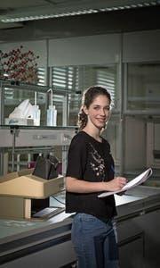 Sie betrieb radiochemische Forschung: Maturandin Isabella Brovelli (18) im Labor der Kantonsschule Reussbühl. (Bild: Pius Amrein (12. Juni 2017))