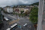 Blick vom Hotel Anker auf den Pilatusplatz. Dort, wo sich heute ein kleiner provisorischer Park mit Birken befindet (Bild Mitte), soll ein Hochhaus gebaut werden. (Bild: Roger Grütter (Luzern, 24. September 2015))