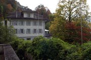 Die Villa Maria soll verschoben werden, wie die Profilstangen zeigen. (Bild Bert Schnüriger/Neue SZ)