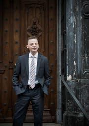 Der SVP-Kantonsrat und Rechtsprofessor Hans-Ueli Vogt beim Rathaus in Zürich. (Bild: Adrian Baer / NZZ)