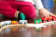 Alleine für die Erziehung der Kinder verantwortlich, da kann das Geld knapp werden. (Symbolbild Neue LZ)