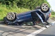 Der 29-jährige Autolenker prallte aus bisher ungeklärten Gründen auf der Autobahn bei Gisikon in die Leitplanke und landete auf dem Dach. (Bild: Zuger Polizei)