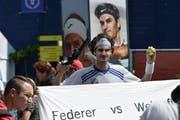 Gsoa-Anhänger demonstrieren mit Roger Federer für die Abschaffung der Wehrpflicht. (Bild: Keystone)