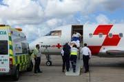 Ein Patient wird in Gran Canaria in den Ambulanzjet eingeladen. (Bild: Rega)