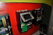 Der aufgebrochene Spielautomat. (Bild: Zuger Polizei)