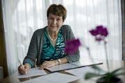 Die Wolhuser Chorleiterin Johanna Imbach-Wey in ihrem Wohnzimmer bei den Vorbereitungen auf die Probe. (Bild Pius Amrein)