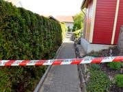 Das durch Polizeiband abgesperrte Haus in Würenlingen (Bild: Keystone)