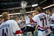 WM-Pokal für die Slowaken in der Zuger Bossard-Arena: Die Osteuropäer sind ihrer Favoritenrolle gerecht geworden. (Bild Maria Schmid)