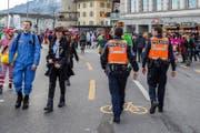 Zwei uniformierte Polizisten am Schmutzigen Donnerstag beim Schwanenplatz. (Bild: Philipp Schmidli (Luzern, 23. Februar 2017))
