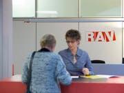 Bei den Regionalen Arbeitsvermittlungszentren (RAV) waren Ende April weniger Arbeitslose gemeldet als im März (gestellte Szene, Symbolbild). (Bild: Keystone / Peter Klaunzer)