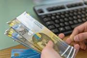 Gefragte Note: Ende 2016 waren 57 Millionen 200-Franken-Noten im Umlauf, 9,6 Prozent mehr als ein Jahr zuvor. (Bild: Martin Rütschi/Keystone)