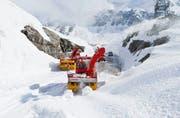Schneeräumung auf dem Gotthardpass. (Bild: Keystone/Gaetan Bally)