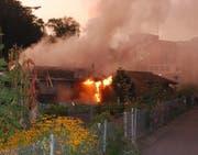Das Gartenhaus steht in Flammen (Bild: Luzerner Polizei (Luzern, 30. August 2017))