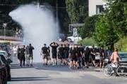 Die Anhänger aus Osijek werden von der Luzerner Polizei am Abend vor dem Match gegen den FC Luzern von einem Wasserwerfer nass gespritzt. (Bild: Luzerner Zeitung)