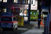 Die Polizei hat am Mittwochabend das Asylzentrum Steinhausen nach stundenlangen Verhandlungen gestürmt. (Bild: Maria Schmid / Neue ZZ)