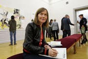 Pia Fries signiert an der Preisverleihung im Lindenau-Museum in Altenburg den Katalog zur Ausstellungseröffnung. (Bild: Jens Paul Taubert)
