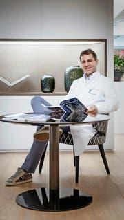 Der plastische Chirurg Jürg Häcki in seiner Lucerne Clinic, wo die Brustvergrösserungen durchgeführt werden. (Bild Pius Amrein)