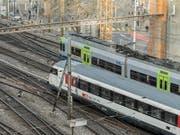 BLS- und SBB-Zug im Bahnhof Bern: Die BLS will die SBB im Fernverkehr unter Druck setzen. (Archivbild) (Bild: KEYSTONE/ALESSANDRO DELLA VALLE)