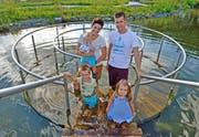 Janine und Stefan Chastonay vergnügen sich mit Lio (im Wasser stehend), Noemi und Lars im Kneippgarten Gisikon. (Bilder Manuela Jans-Koch/Nadia Schärli)