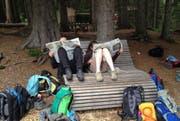 Die Lagerleiter der Wölfli St. Rochus Büren-Oberdorf gönnten sich im Lagersommer 2015 eine Lesepause. (Bild: Archiv Neue LZ / Sara Barmettler)