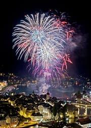 Farbenprächtige Feuerwerke glitzern über dem Luzerner Seebecken - Aussicht vom Châtau Gütsch. (Bild: Archiv Neue LZ / Pius Amrein)