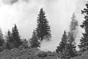 Der künstliche Nebel einer Rauchpetarde verbreitet sich 1940 im Urner Gelände. (Bild Staatsarchiv Uri)