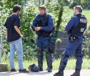 Sechs Jugendliche wurden auf der Bergstrasse in Oberarth kontrolliert. (Bild: Geri Holdener, Bote der Urschweiz)