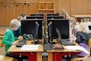 Diese Primarschüler in Sempach erlernen im Rahmen des Projekts PrimaLogo die kindgerechte Programmiersprache Logo. (Archivbild Pius Amrein)